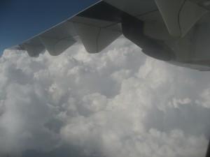 ATRはプロペラ機なので、雲に近いところを飛行します(2013年撮影)