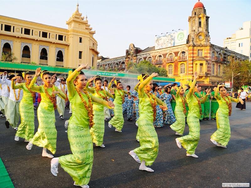 ミャンマーの伝統的な踊り(水のような踊り)を踊る人々