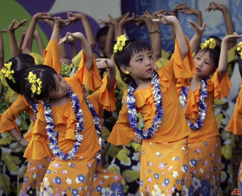 ミャンマーの伝統的な踊り(水のような踊り)を踊る子供達