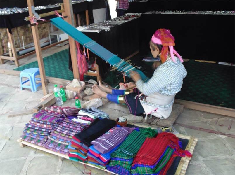カヤ―布を織っているところ