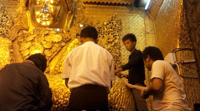 マンダレーの仏像に金箔を貼るマハミヤットムニ・パゴダ (Maha Myat Muni Pagoda)