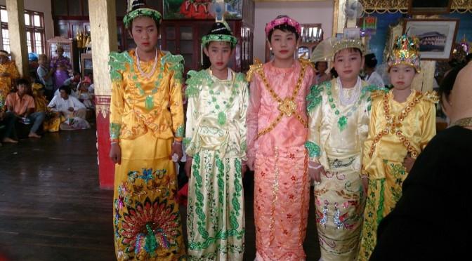 ミャンマーの得度式(僧侶になる出家の儀式)