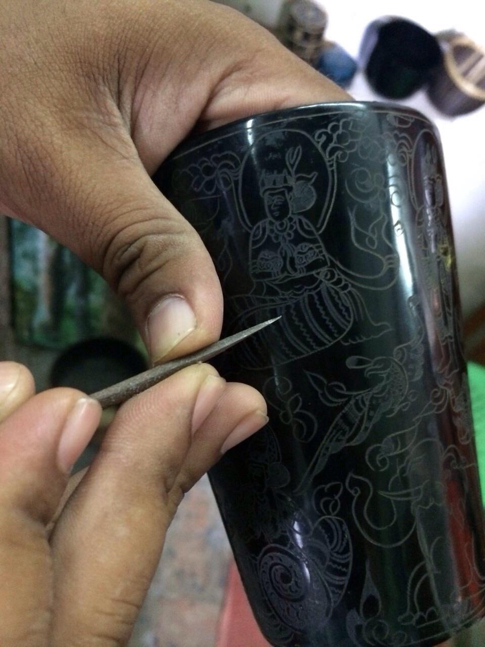 バガン塗り-漆の上に絵を描いているところ