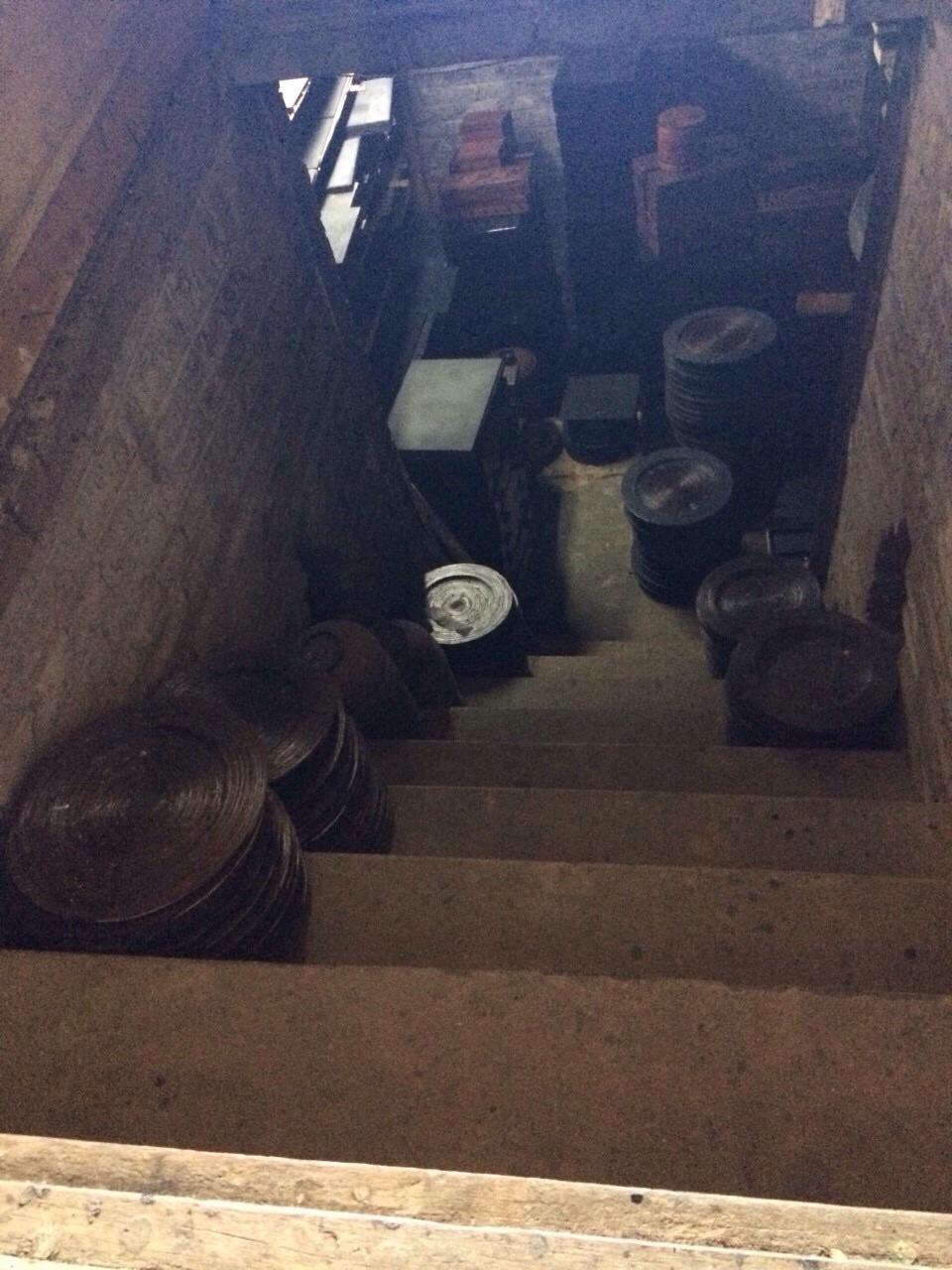 バガン塗り-地下室で乾かしている様子