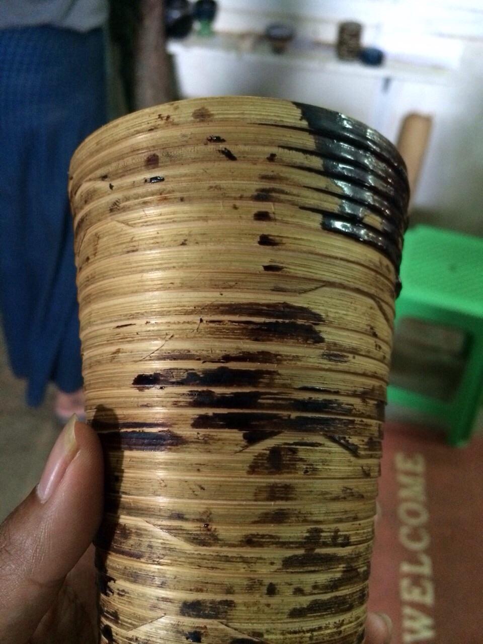 バガン塗り-成形した竹に模様を描くところ