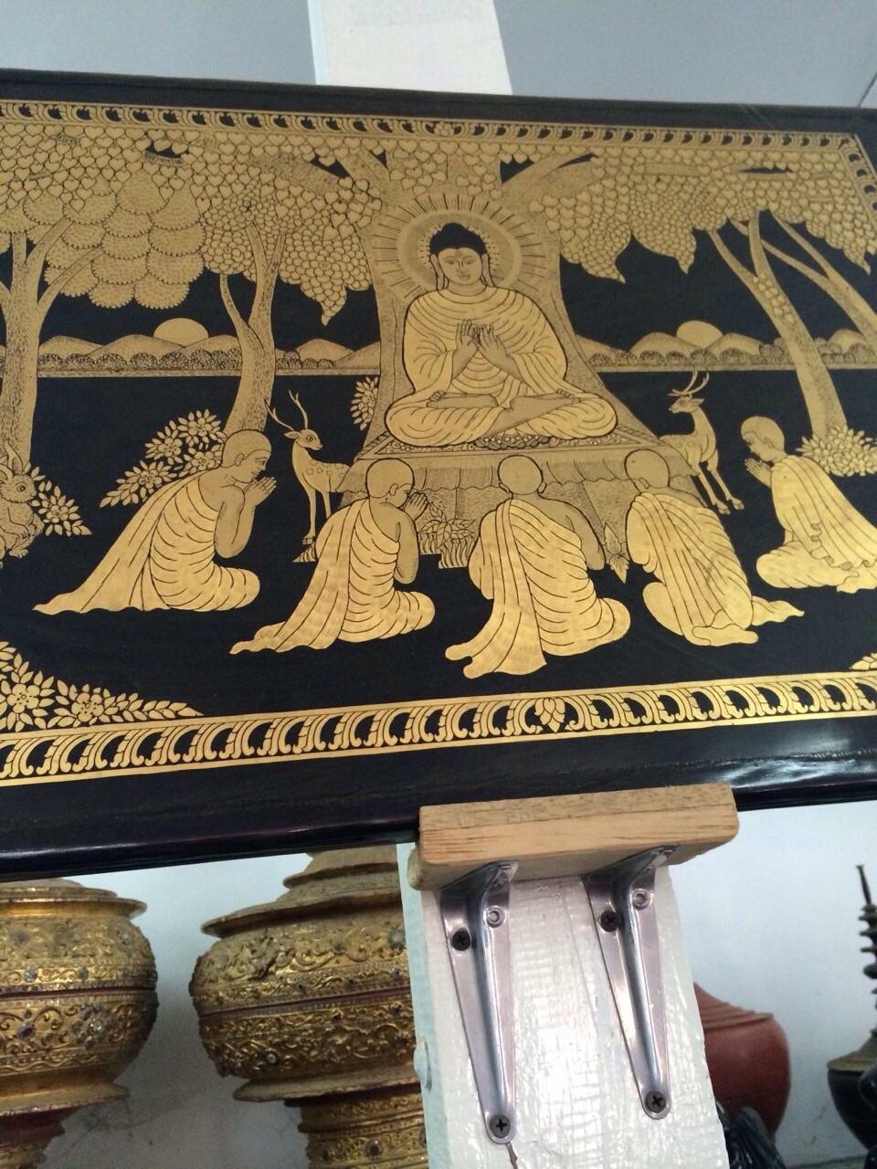 金を使ったバガン塗りの、仏陀とそれを囲む僧たちの絵