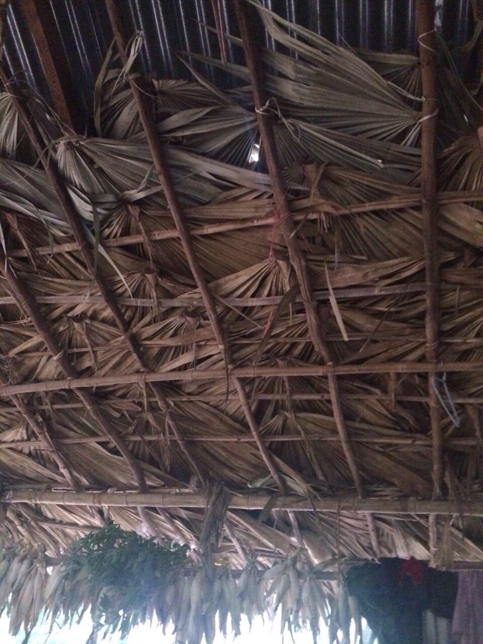 ヤシの葉でつくられた屋根