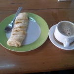 ミャンマーの喫茶店でコーヒーとスイーツ