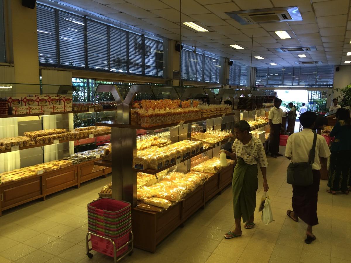 Shwe Pu Zun店内に商品が並んでいる様子