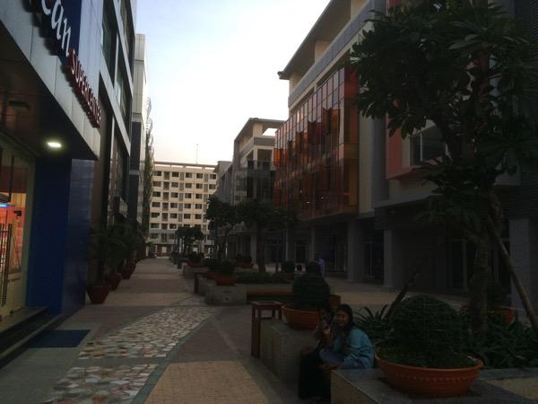 Mingalar Mandalay Oceansの建物と通りの様子