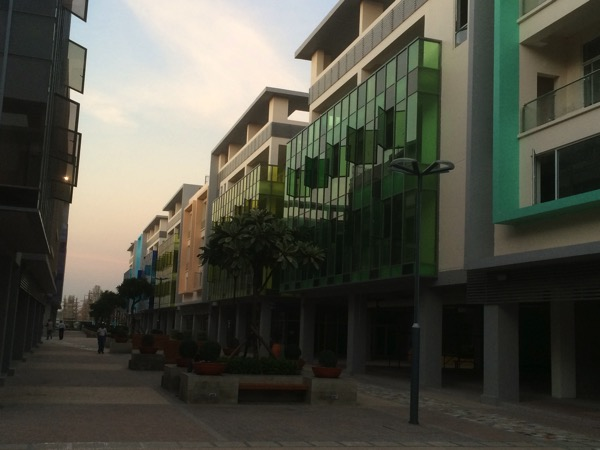 Mingalar Manadalay Residentsのカラフルな建物外観