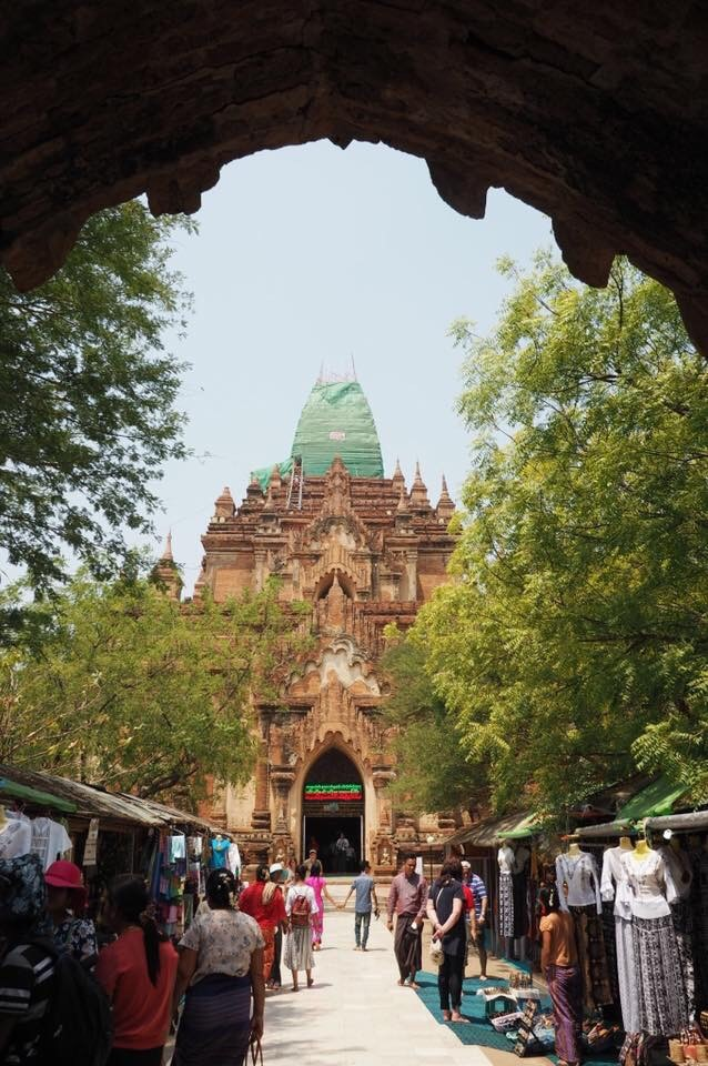 バガンの修理中の仏塔