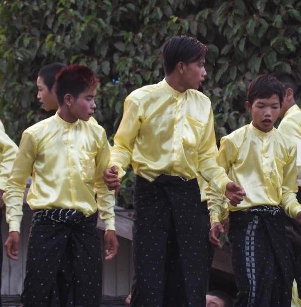 地方の水かけ祭りで踊る男の子