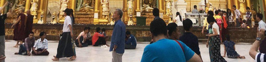 シュエダゴン・パヤーで床に座る参拝者