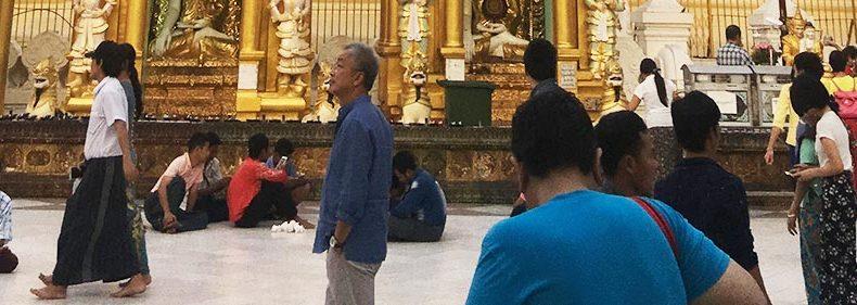 シュエダゴン・パヤーで床に座る人々