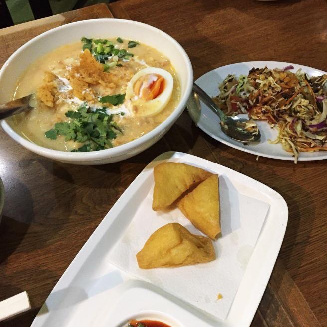 ノングインレイの料理(お茶っぱサラダ=ラペットゥ、ヒヨコマメの豆腐を揚げたもの=トーフジョー、ココナッツラーメン=オンノウカウソウェ