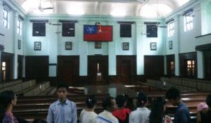 室内に独立後のビルマ連邦時代の国旗が掲げられている様子